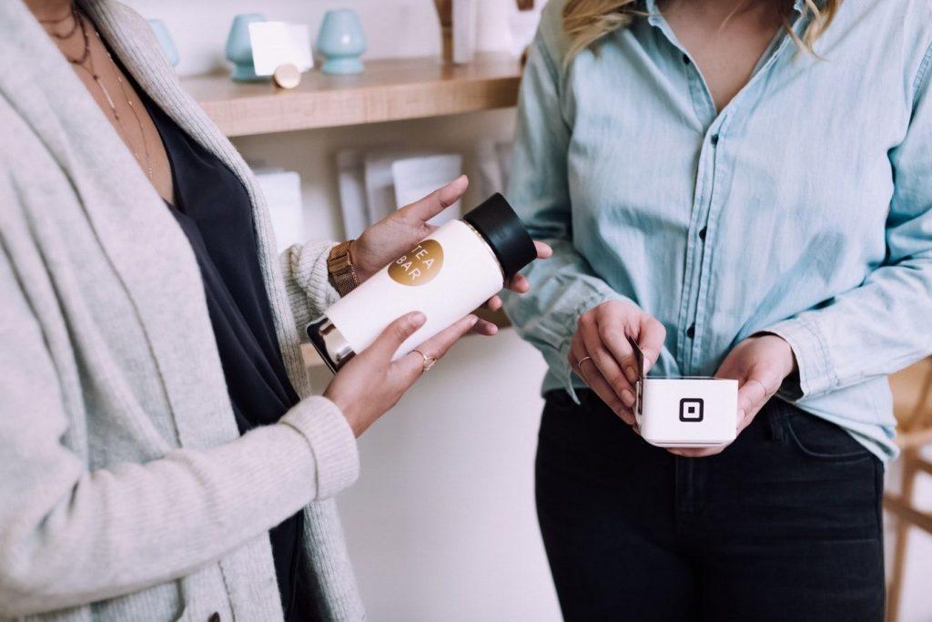 商品を購入する女性