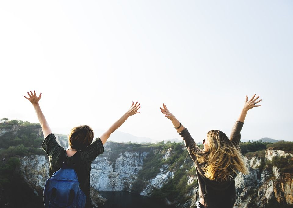 両手を上げる女性達