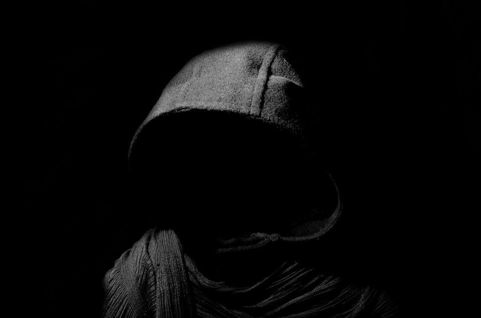 暗闇にいる男