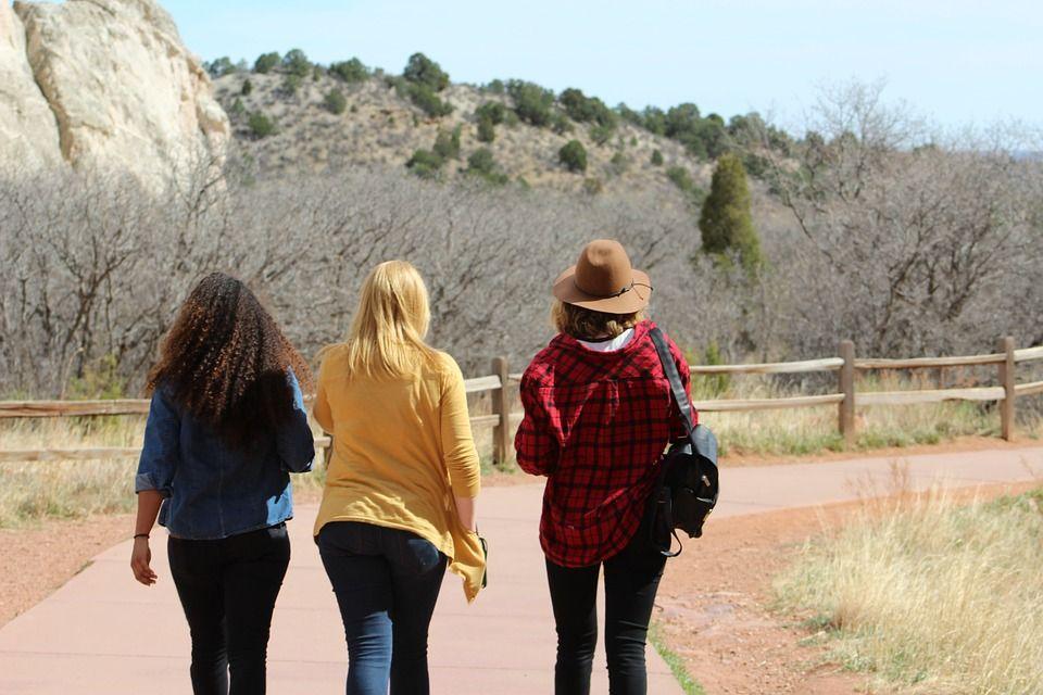 散歩する女性達
