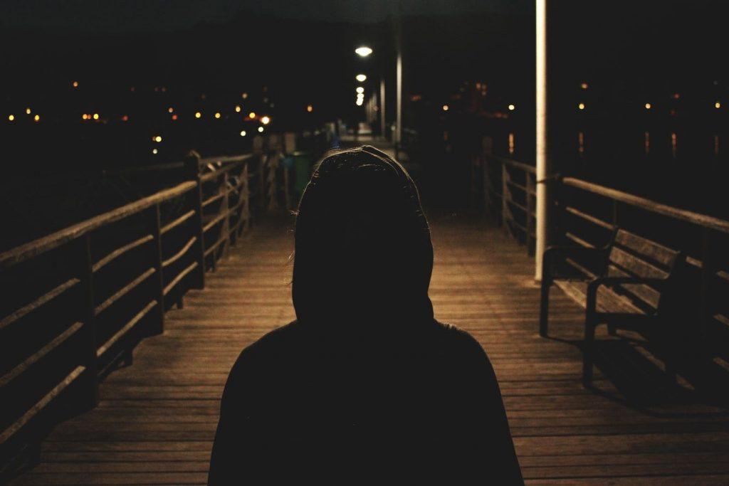 暗闇を歩く男性