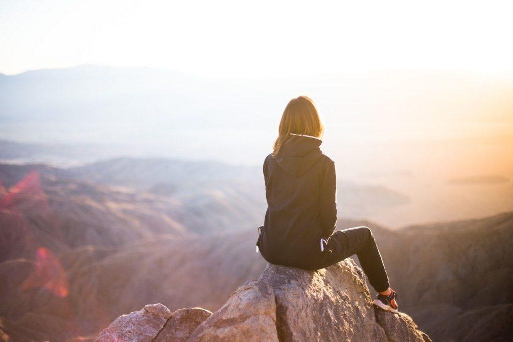 山頂に到着した女性
