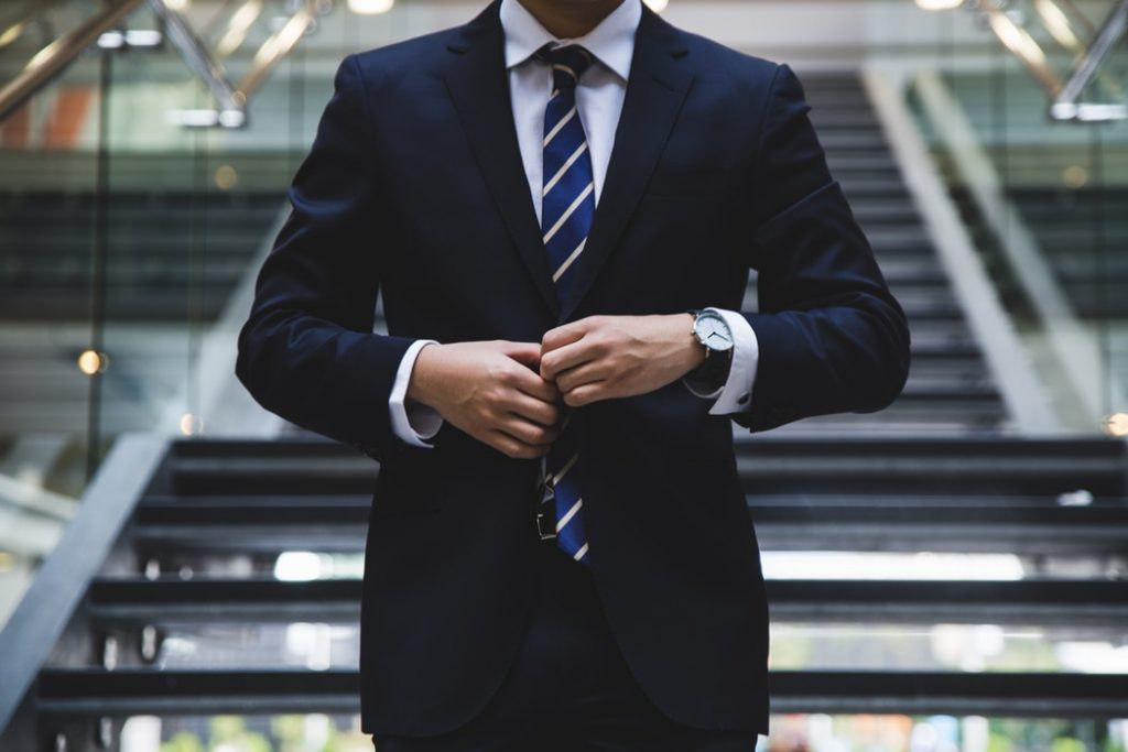 スーツを着る男性