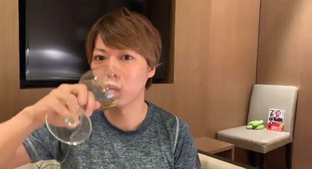 ワインを飲むマナブさん