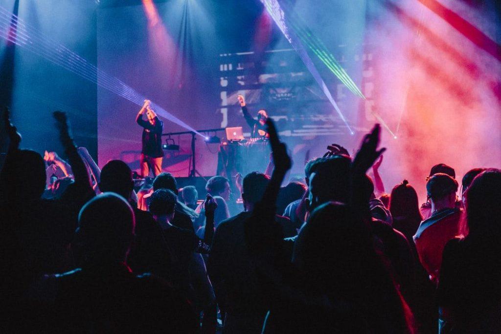 コンサートを楽しむ人々