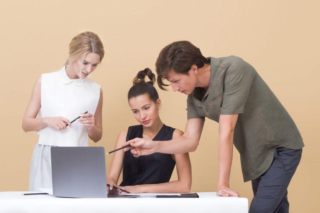 パソコンで勉強する男女