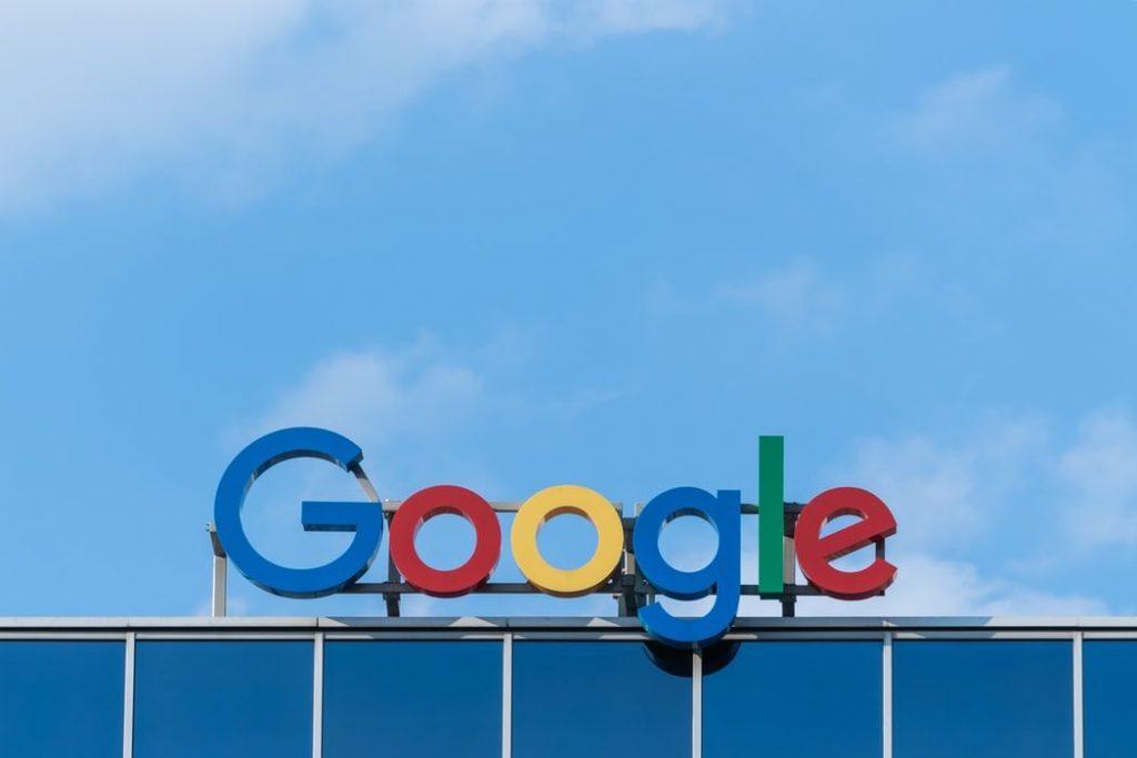 Googleのロゴと青空