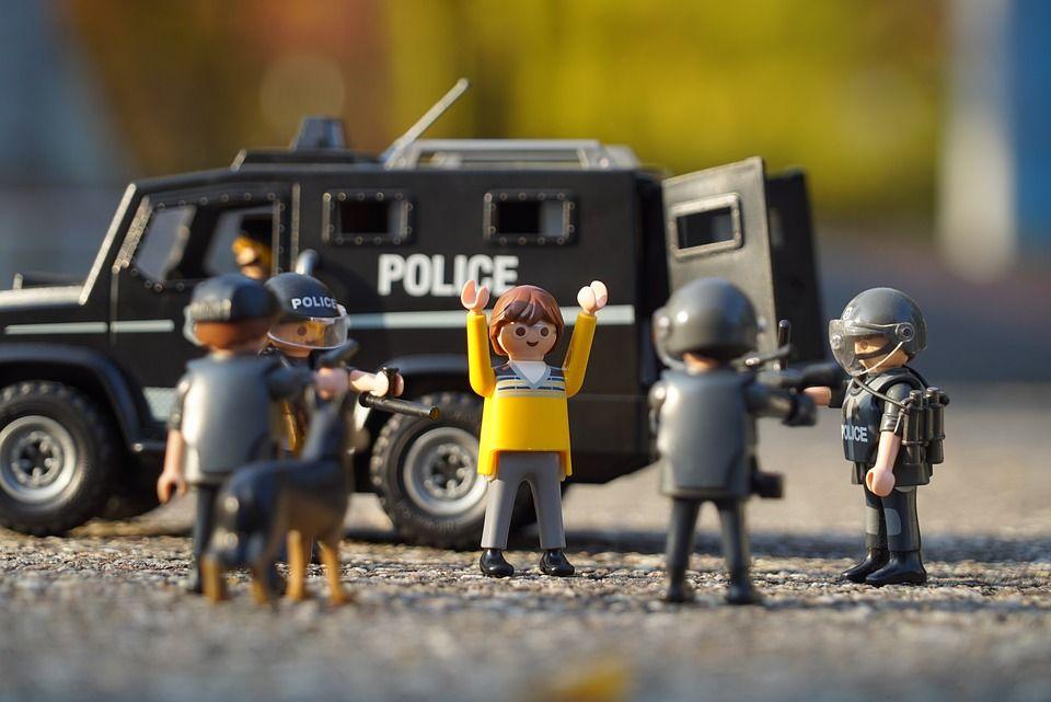 警察に囲まれる人