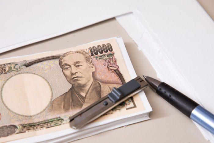 1万円札とボールペン