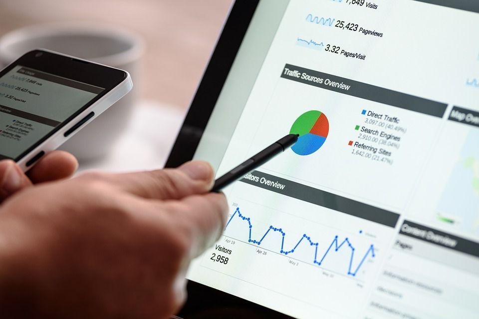 ブログのデータ分析をする男性