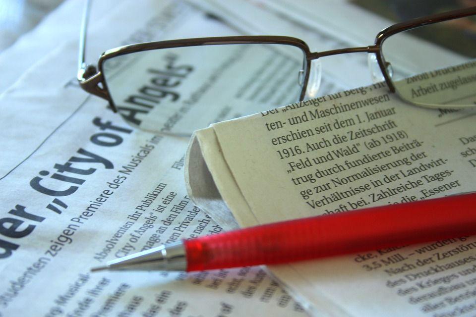 眼鏡とペン