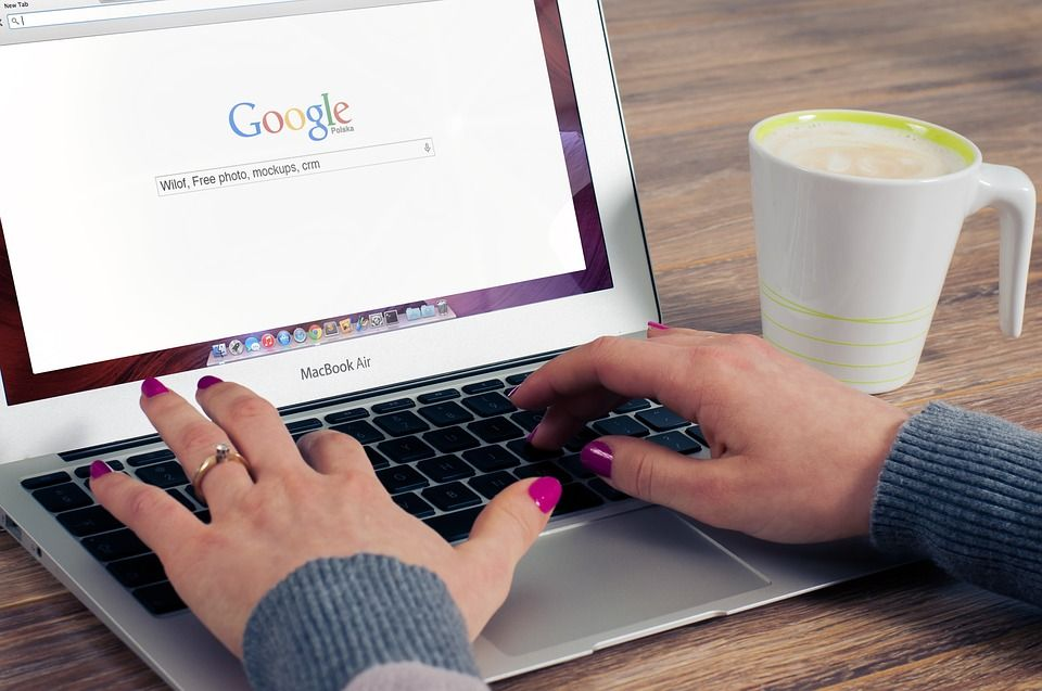 Google検索を利用する女性