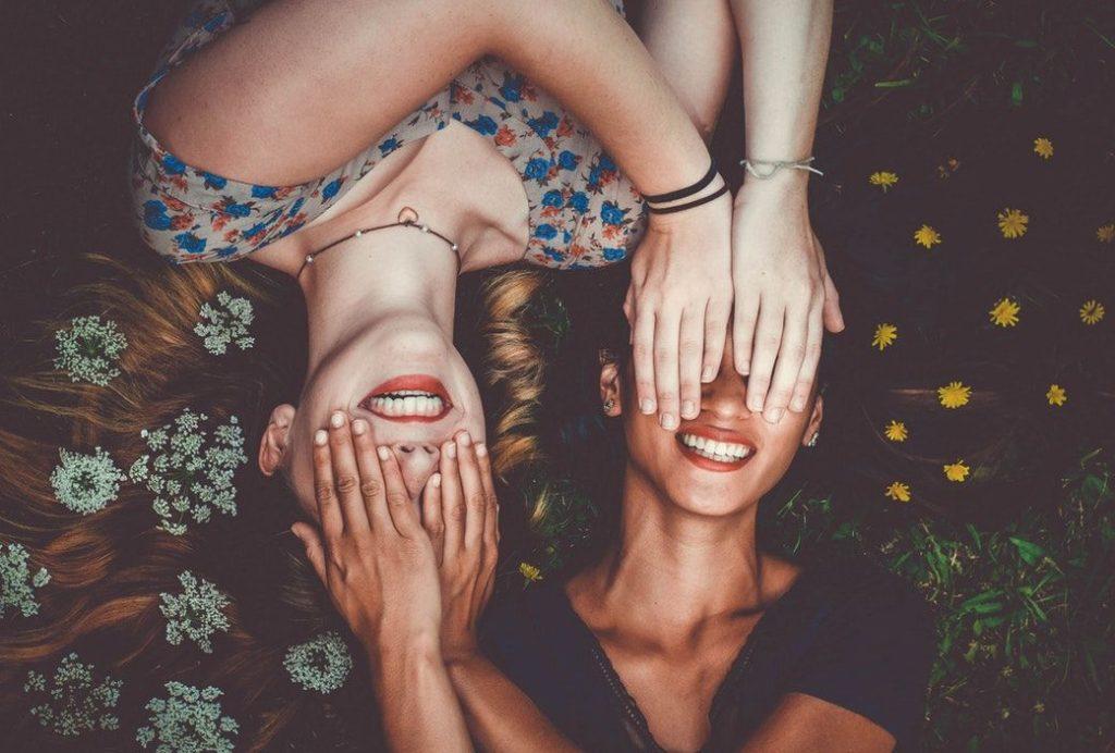 お互いに目隠しをする女性