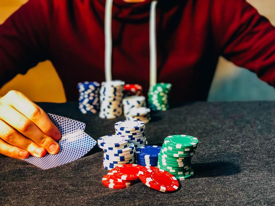 カードゲームを楽しむ男性