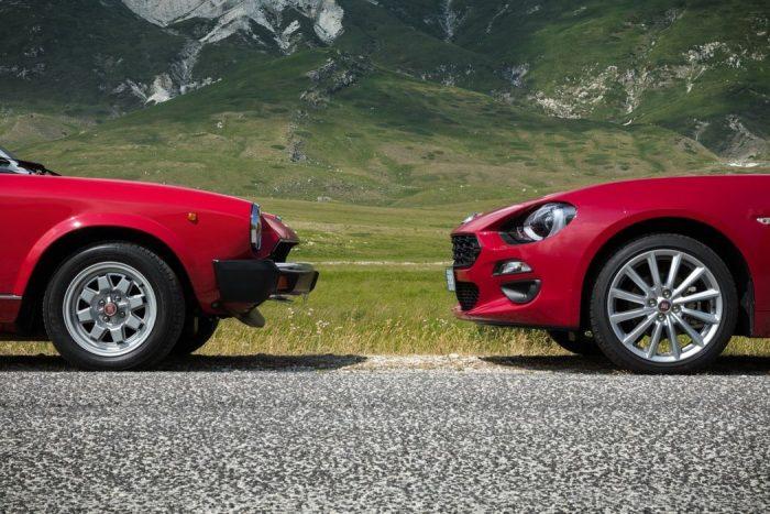 2台の赤い車