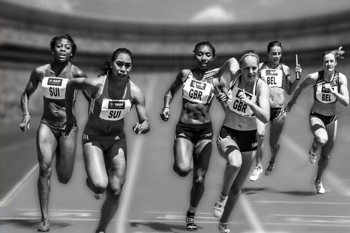 競争する女性ランナー
