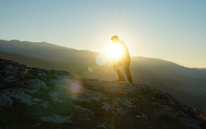 山登りをする男性