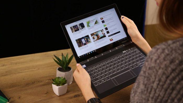 パソコンで動画を見る女性