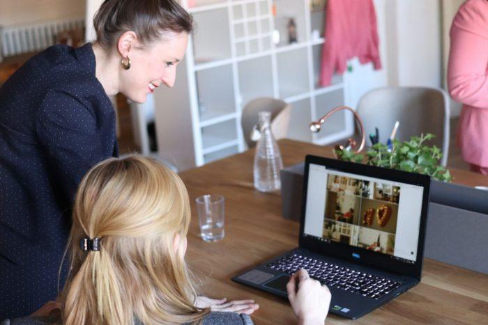 パソコンの使い方を教わる女性