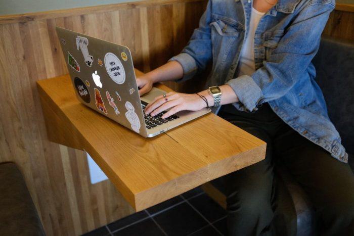 パソコンを利用する若者
