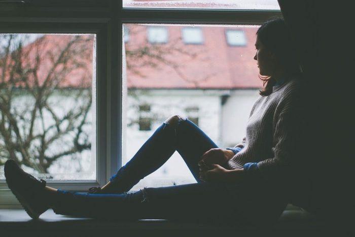 外の景色を眺める女性