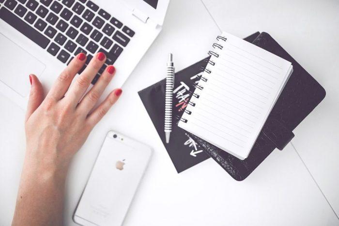 メモ帳と女性の手