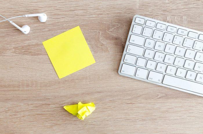 パソコンとメモ用紙