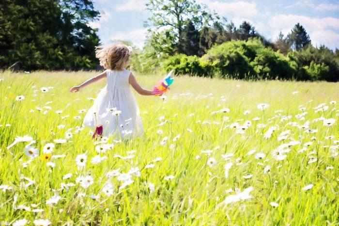草原を駆け回る子供