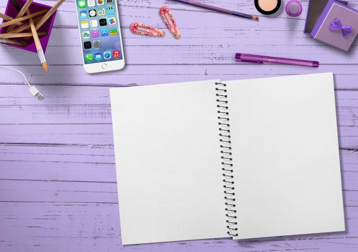 白紙のメモ帳とペン