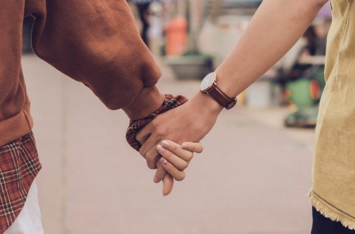 手を繋ぐ男性と女性